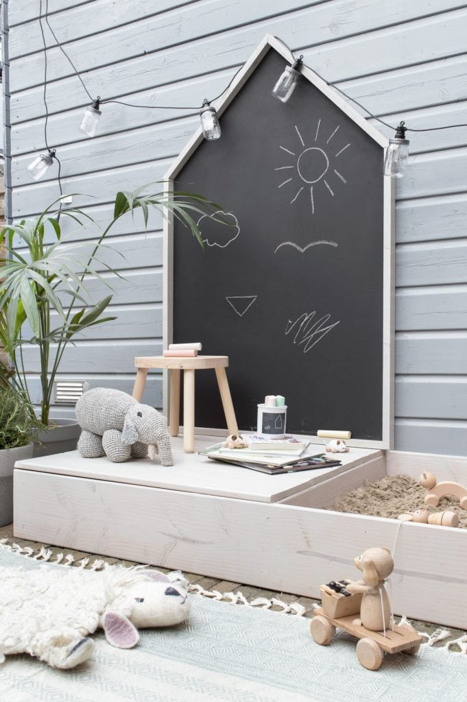 Speelhuisje zandbak met krijtbord - Tanja van Hoogdalem