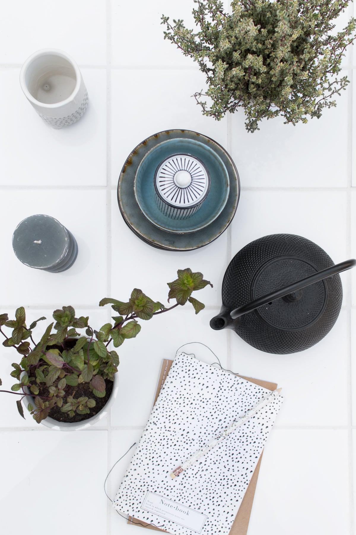 DIY tuintafel betegelen - Tanja van Hoogdalem