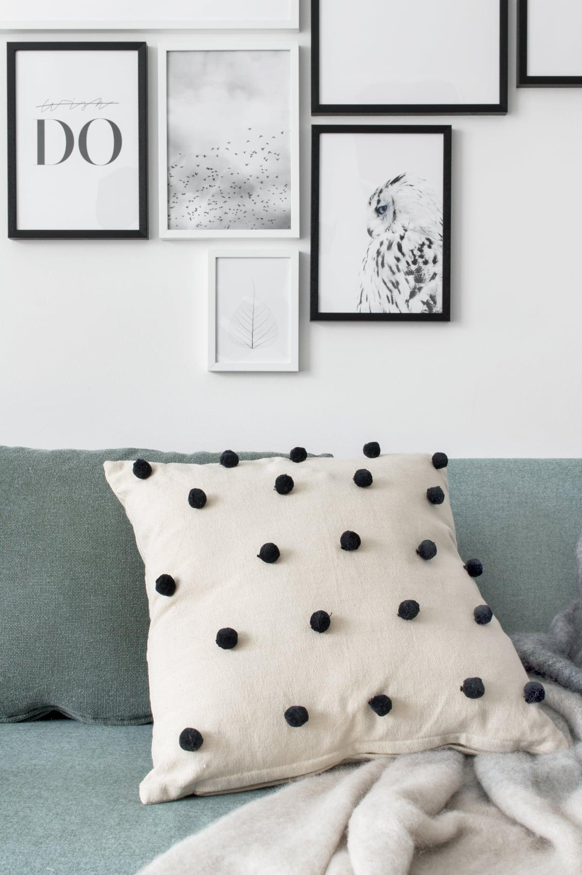 Kussen met pompons zithoek - Tanja van Hoogdalem