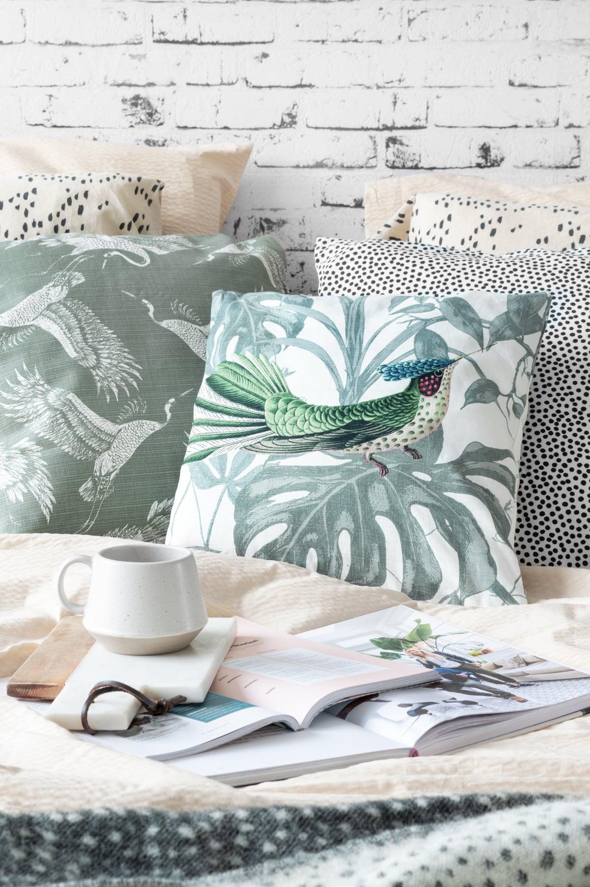 Kussen vogel styling prints in de slaapkamer - Tanja van Hoogdalem