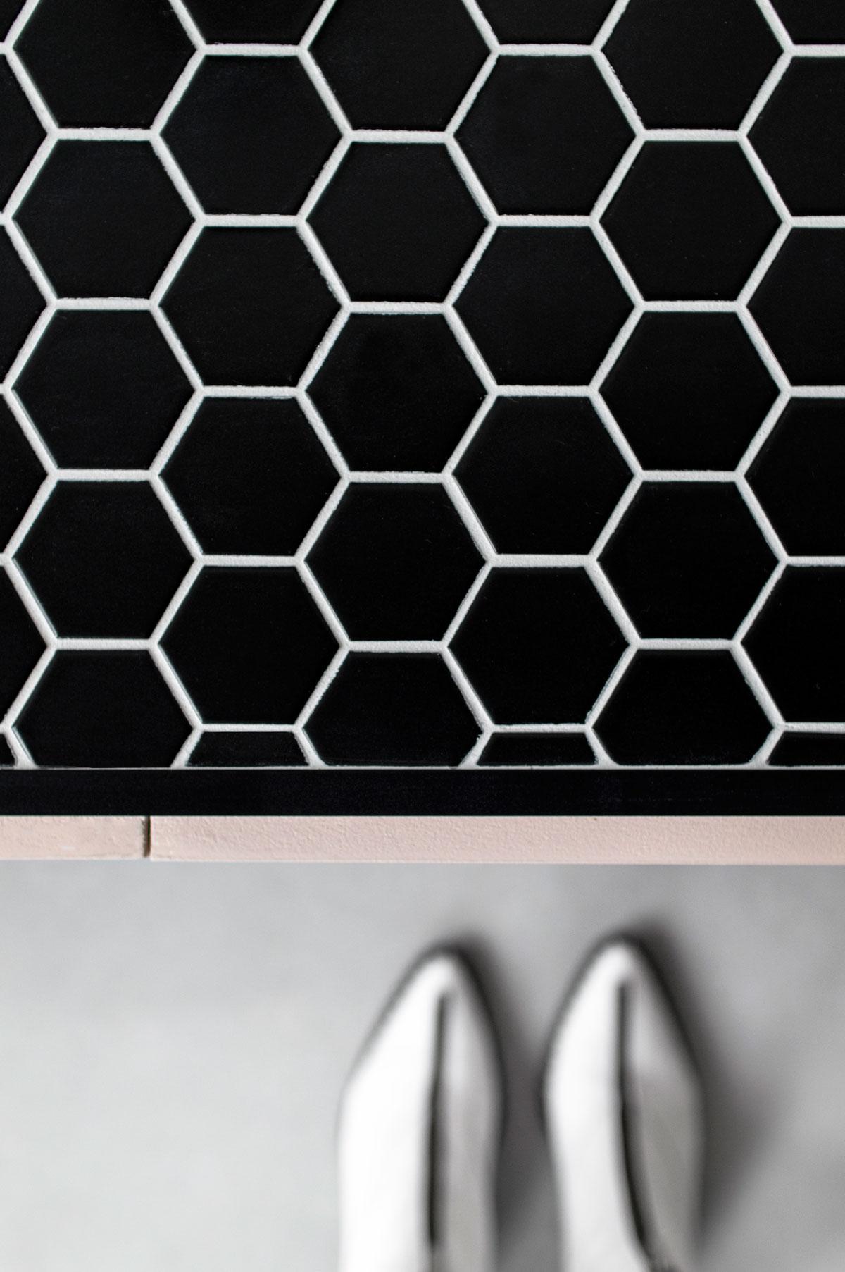 Wandmeubel hexagon tegeltjes - Tanja van Hoogdalem