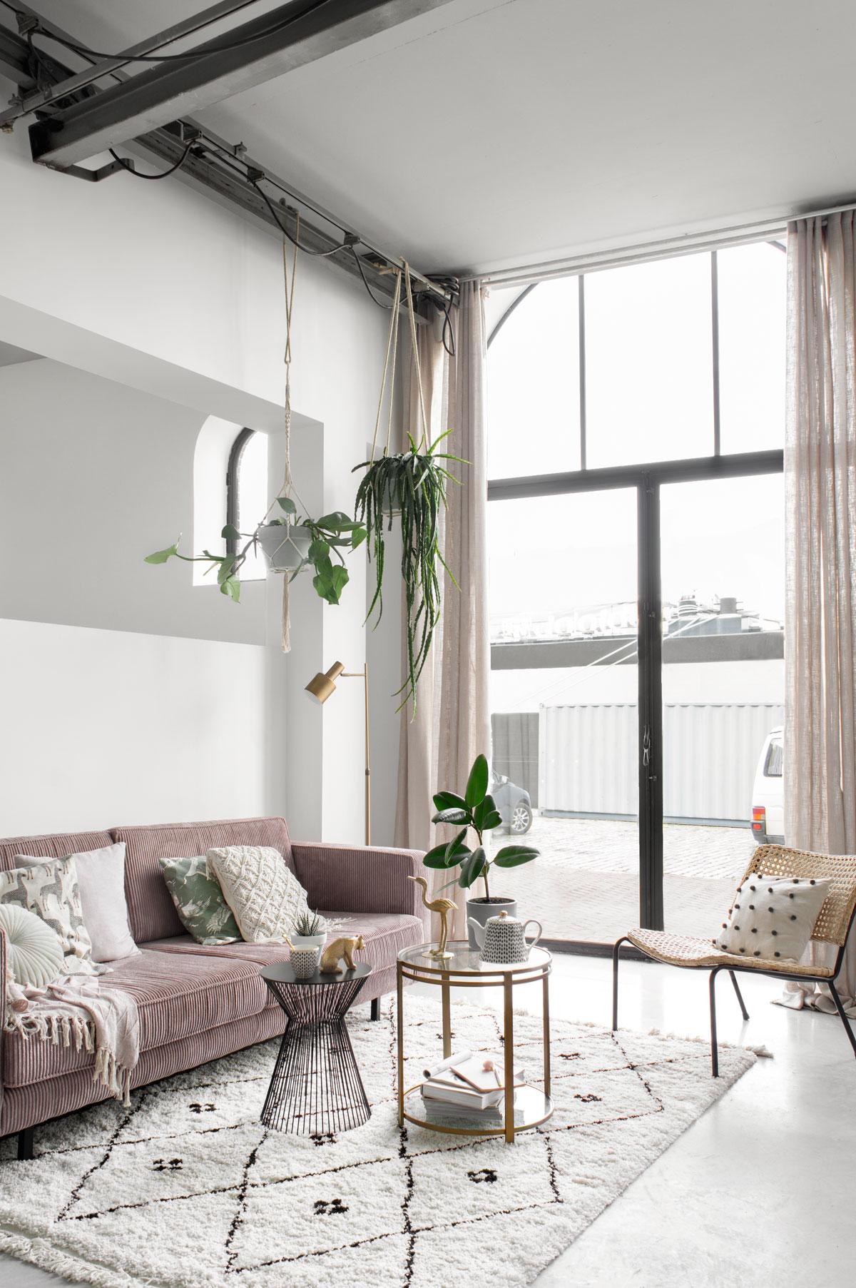 Zithoek styling roze bank Tanja van Hoogdalem