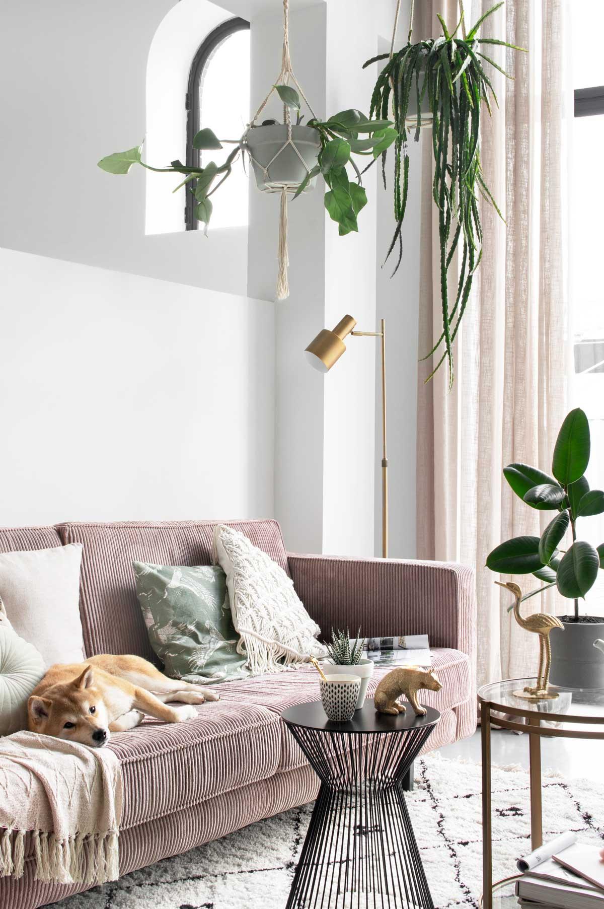 Styling zithoek roze en messing - Tanja van Hoogdalem