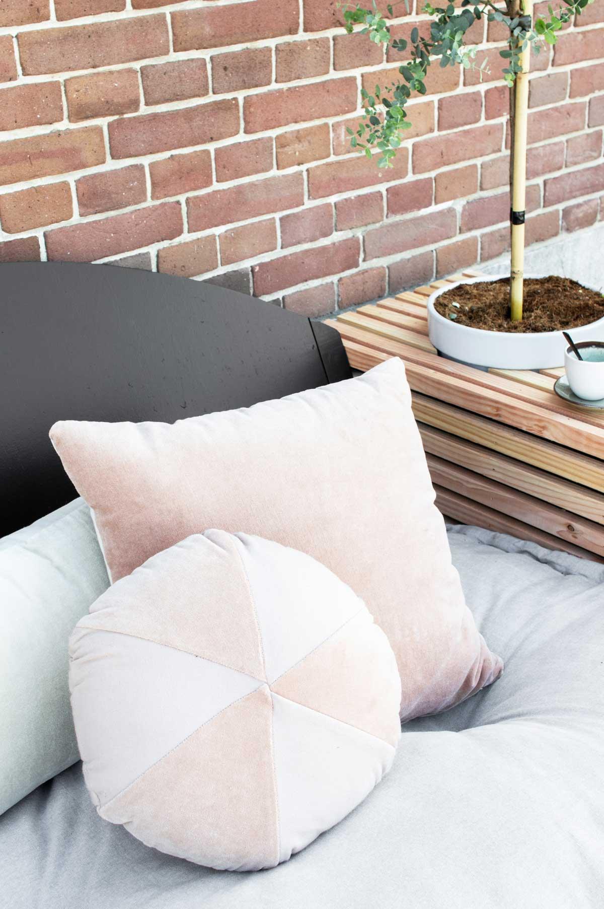 Sierkussens roze tuin - Tanja van Hoogdalem