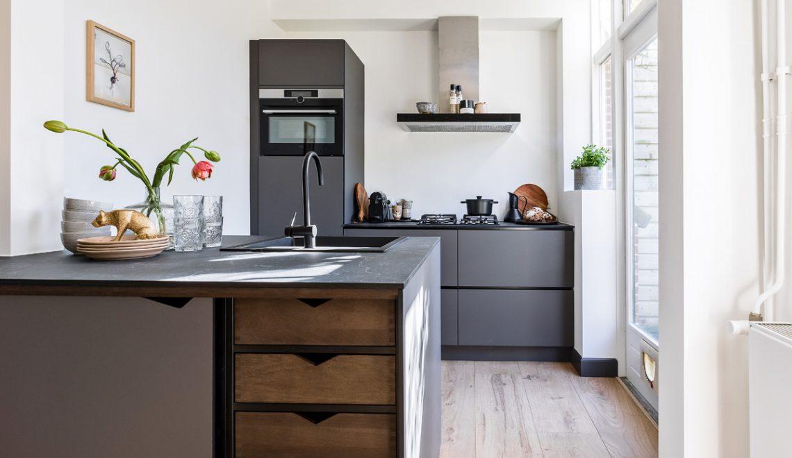 Eigen Huis & Tuin: een basic woonkamer met ruime woonkeuken