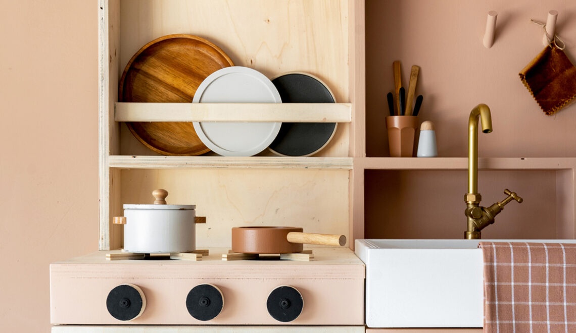 DIY speelkeukentje van hout met krijtbord
